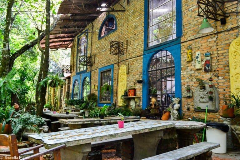 Feito de sucata, O Velhão reúne bares, lojas e restaurantes em SP