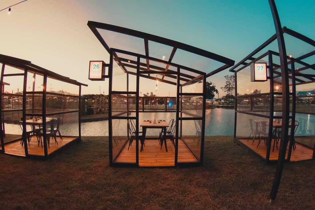 Restaurante no RJ isola clientes em cabines transparentes ao arlivre
