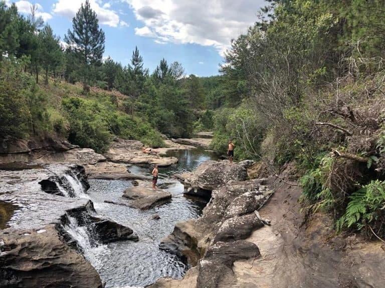 Pousada pertinho de Curitiba tem cachoeira exclusiva com piscinas naturais