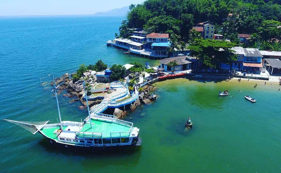 Ilha de Jaguanum, no Rio, tem praias com águas mornas verde esmeralda
