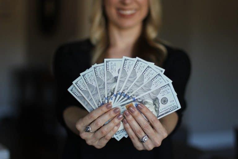 Já pensou em ter uma conta em dólares? É seguro e te ajuda a economizar dinheiro em viagens e muito mais