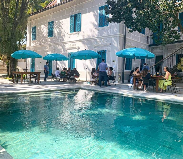 Charmoso bistrô a beira da piscina serve almoço e brunch no RJ