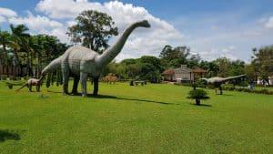 Museu dos Dinossauros (MG) tem esculturas gigantes e fósseis raros de espécies nativas