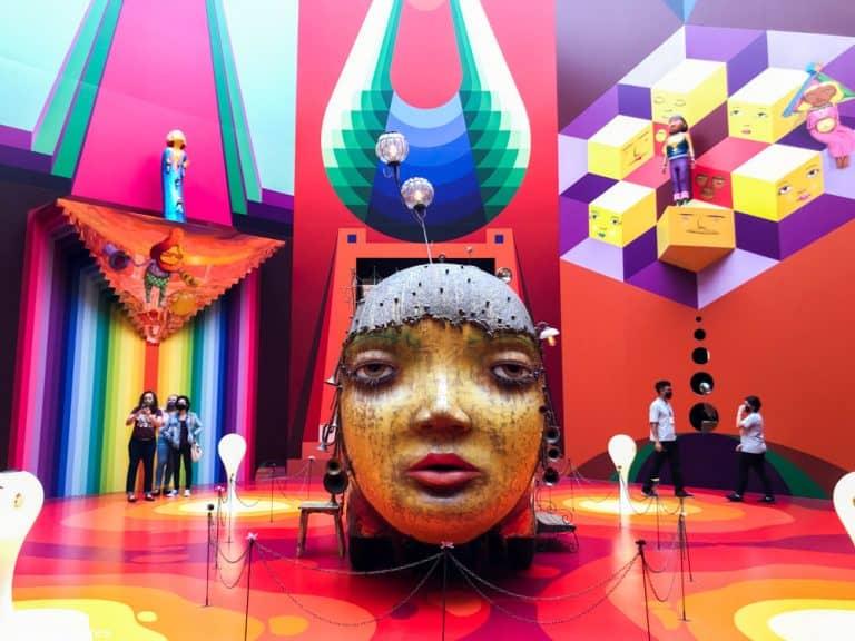 Exposição OSGEMEOS na Pinacoteca de SP traz imersão em mundo lúdico dos irmãos dograffiti