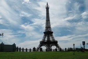 Réplica da Torre Eiffel em Umuarama chama a atenção de turistas e praticantes de rapel
