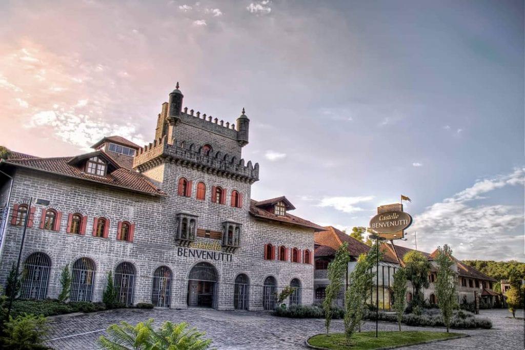 Castelo de pedra oferece hospedagem no Vale dos Vinhedos (RS)