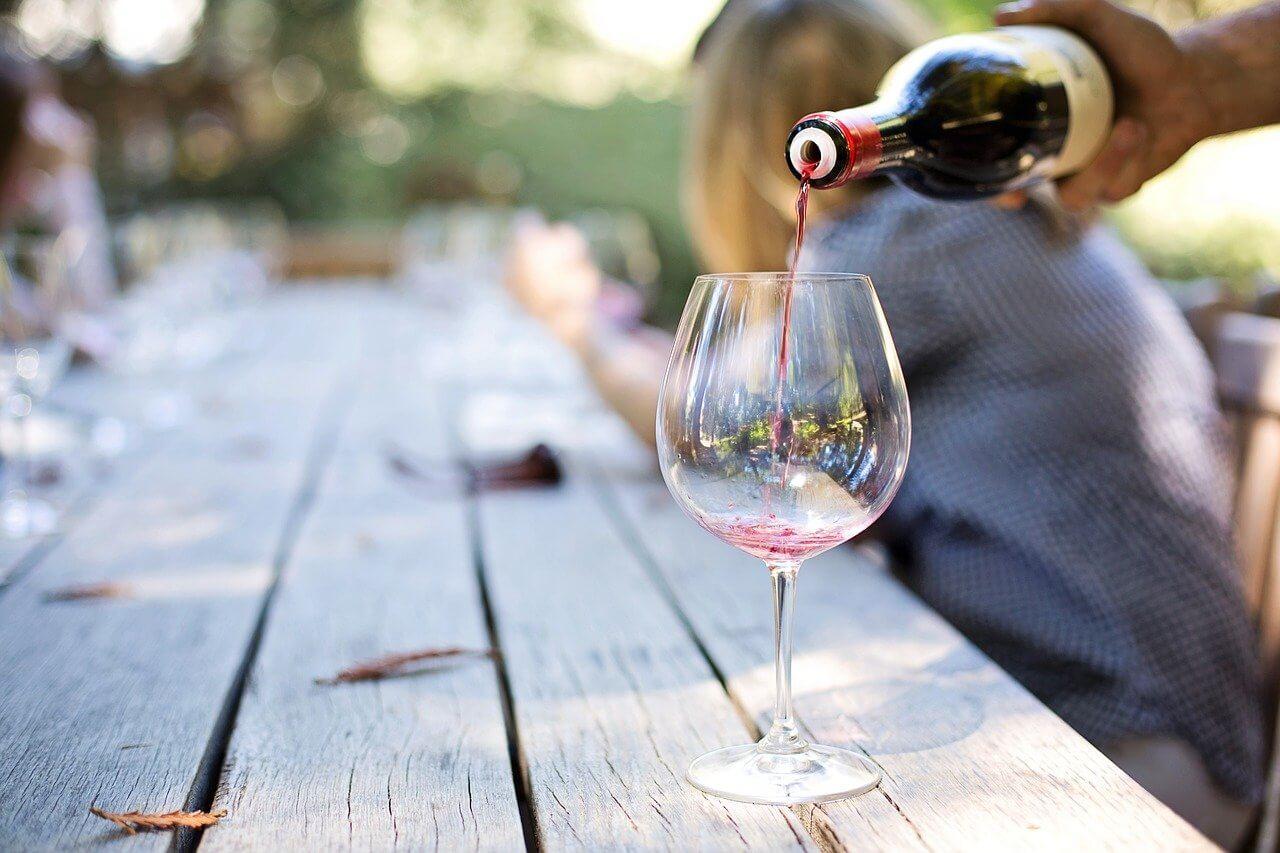 vinho sendo colocado em taça