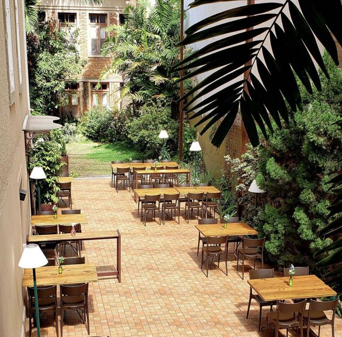 Casarão histórico abriga charmoso restaurante ao ar livre no Rio