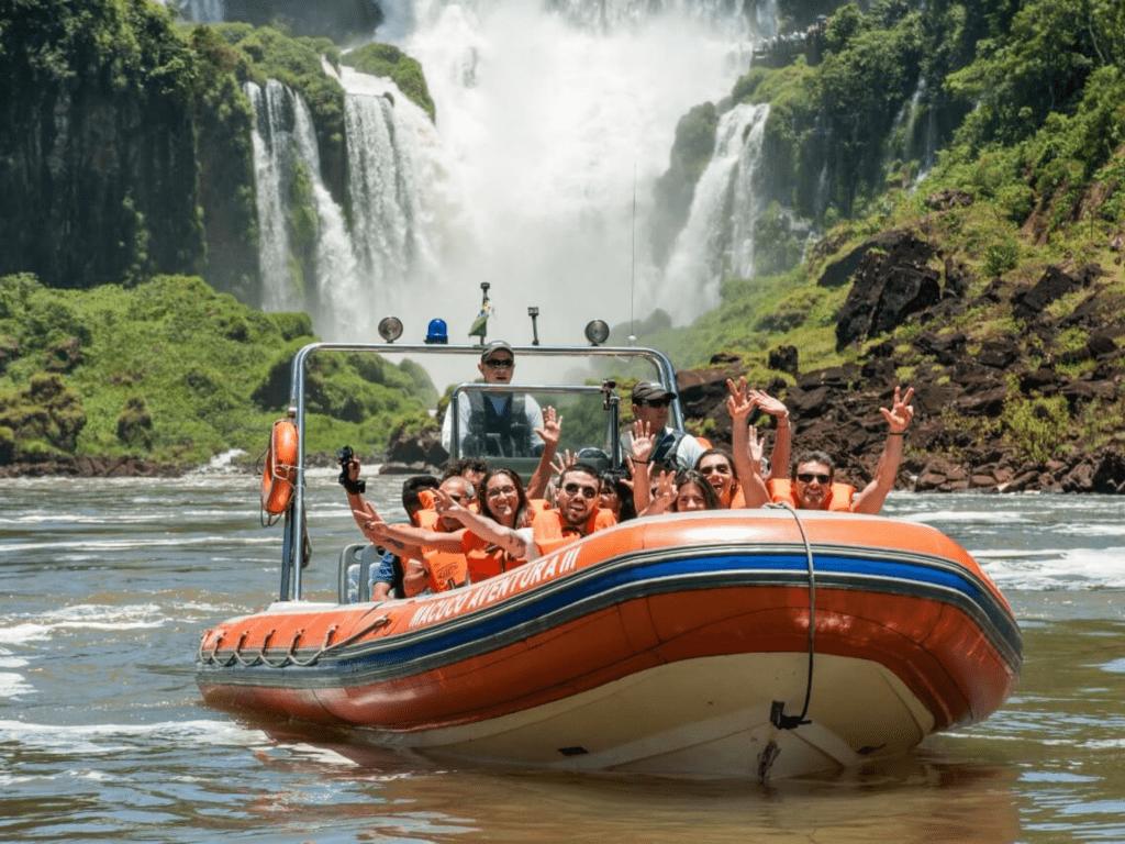O passeio Macuco Safari Tradicional conta com parte de barco e parte de  trilha.