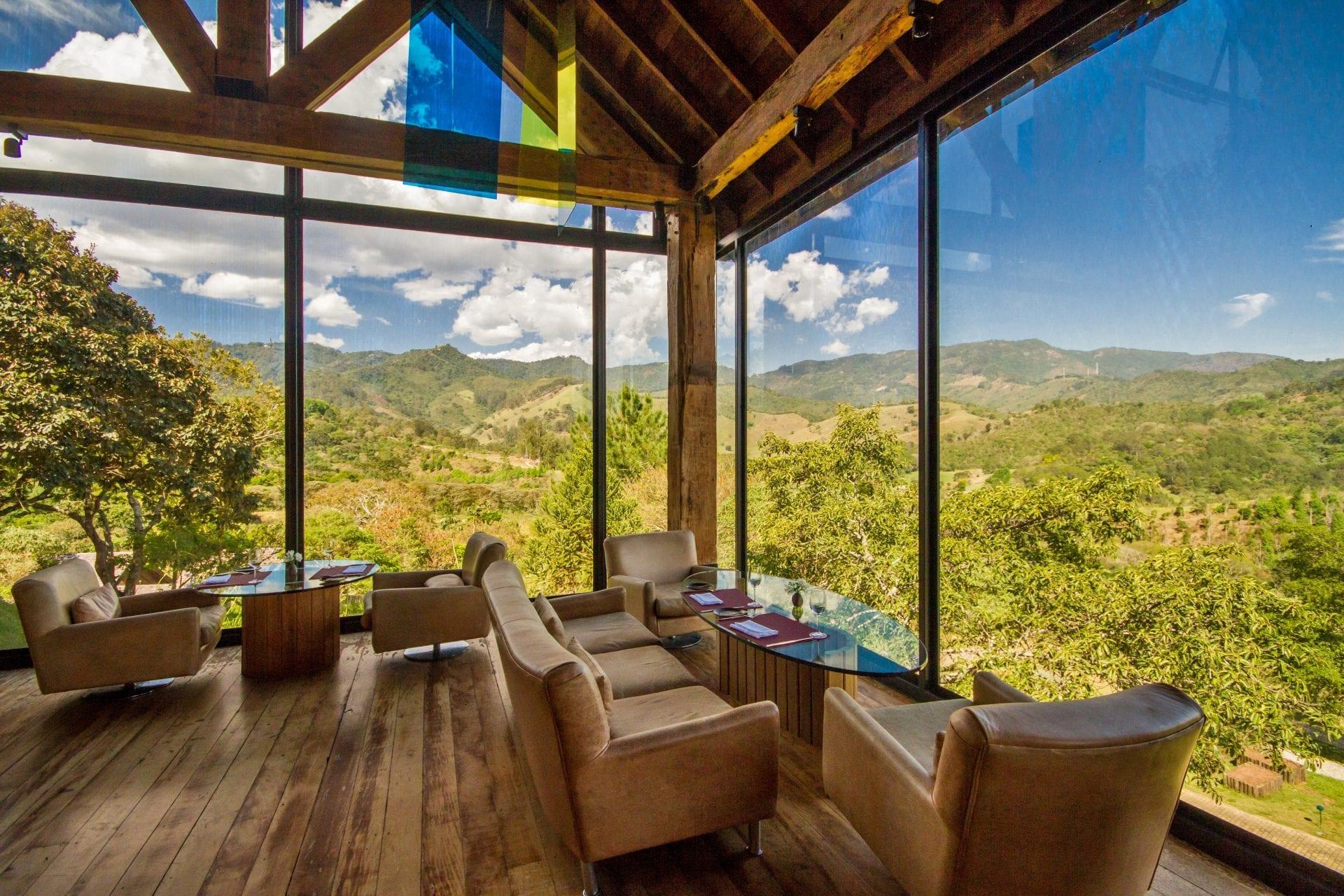 Ambiente diferenciado para uma refeição em meio à Serra da Mantiqueira e com um cenário de tirar o fôlego
