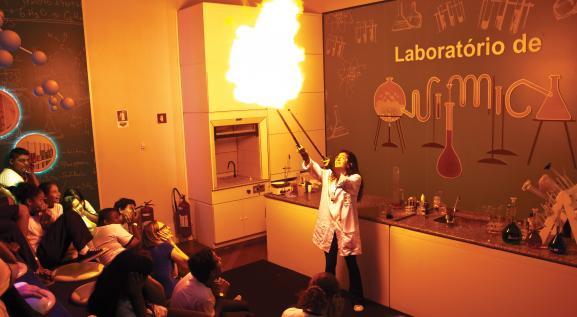 Com experiências interativas o laboratório de química tem muitos aprendizados.