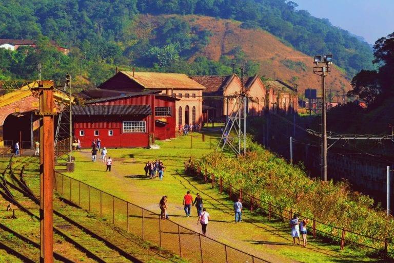Trem leva turistas até Paranapiacaba, bucólico distrito inglês de São Paulo