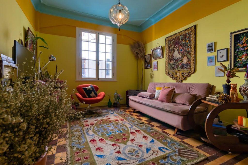 Sala super decorada do Airbnb