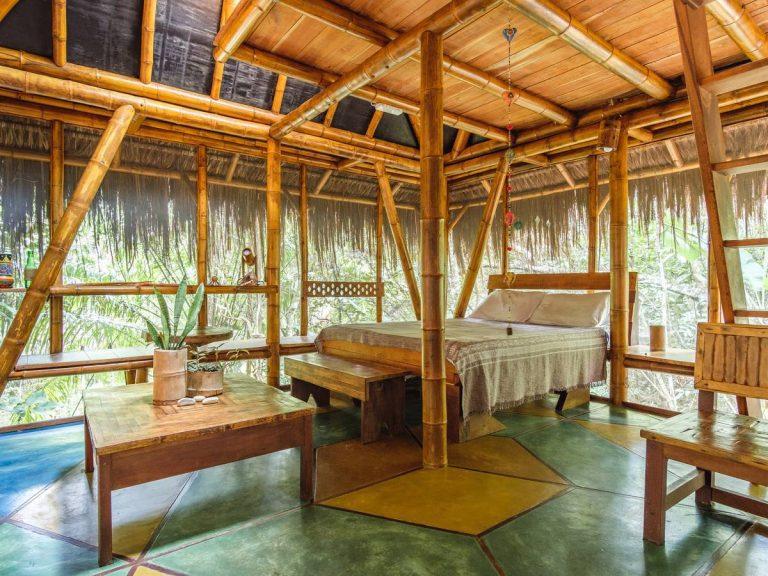 Com quartos feitos de bambu em meio às árvores, hospedagem em Morro de São Paulo oferece uma experiência dentro de Reserva Natural